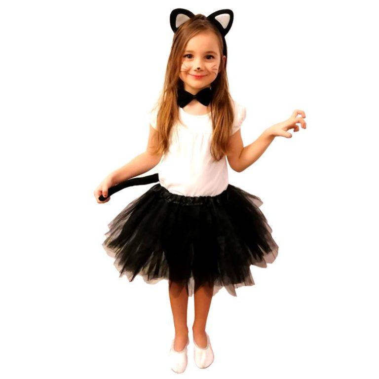 Dzieci uwielbiają się przebierać w kostiumy i bawić wspólnie