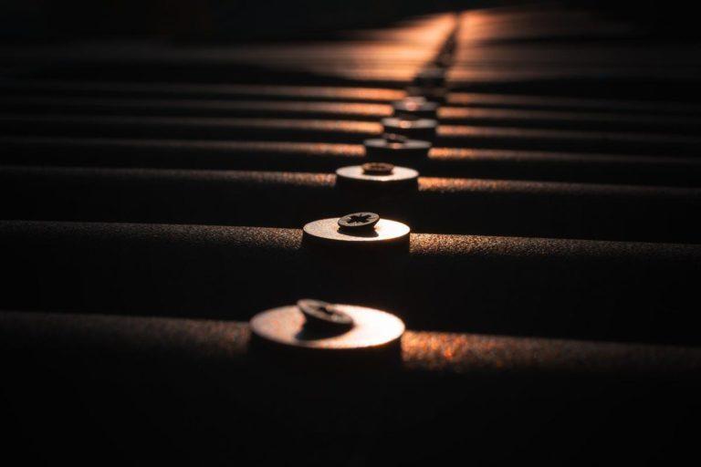Specjalne gwoździe z podkładkami do zamocowania papy na dachu