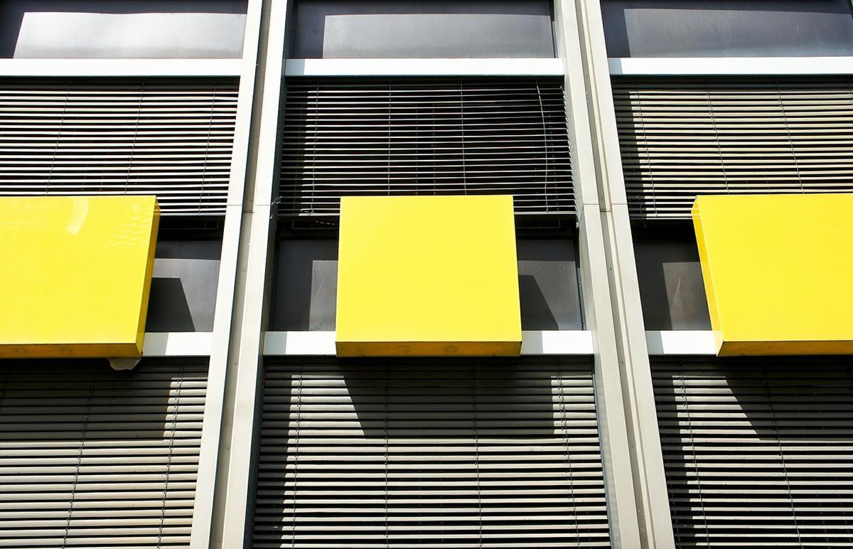 Rolety okienne są powszechnie montowane przez właścicieli domów i biur